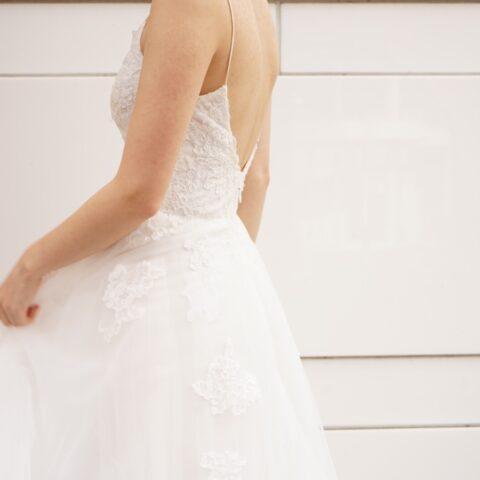 レースの透け感が綺麗なモニーク・ルイリエのウエディングドレス