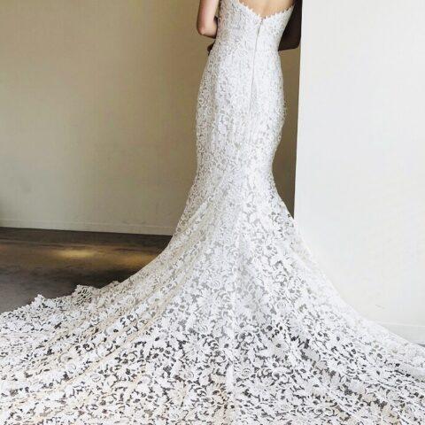 ヒップラインから流れるようなシルエットが美しいモニーク・ルイリエのマーメイドラインのウェディングドレス