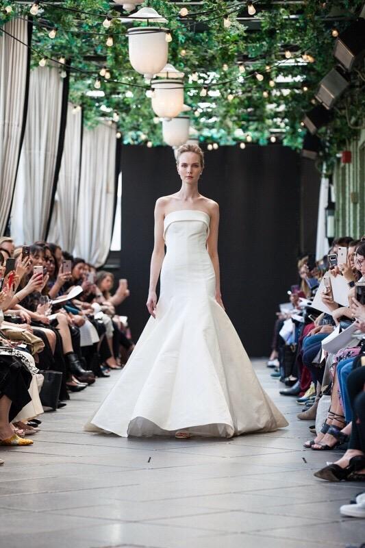 インポートの最新ウェディングドレス・カラードレスをセレクトするドレスショップ