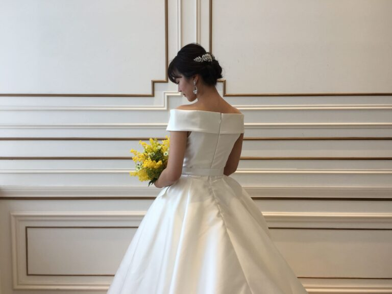 ウェディングドレスのご紹介~デコルテを美しく魅せるオフショルダー~