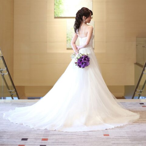 腰元から広がるシルエットが綺麗なモニーク・ルイリエのAラインのウェディングドレス