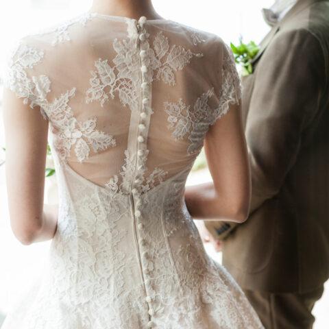 花嫁様に人気の総レースのクラシカルなウェディングドレス