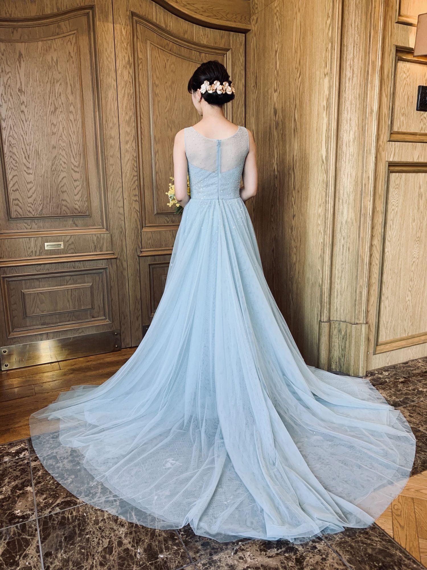 THE TREAT DRESSINGが取り扱うトレンドカラーのブルーグレーのカラードレス