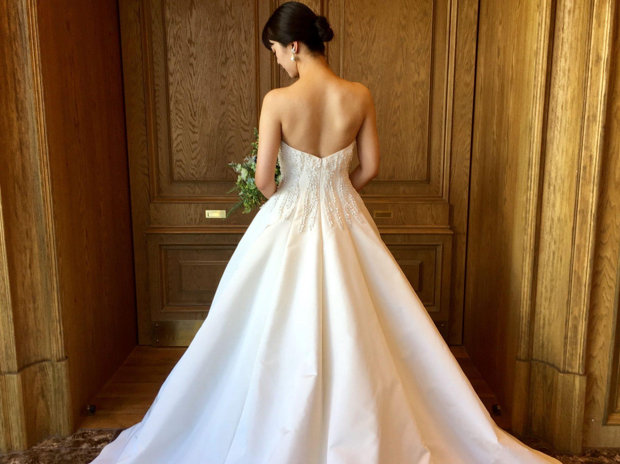 上品な艶を放つファイユ素材のAラインのAMSALE(アムサーラの)ウェディングドレス