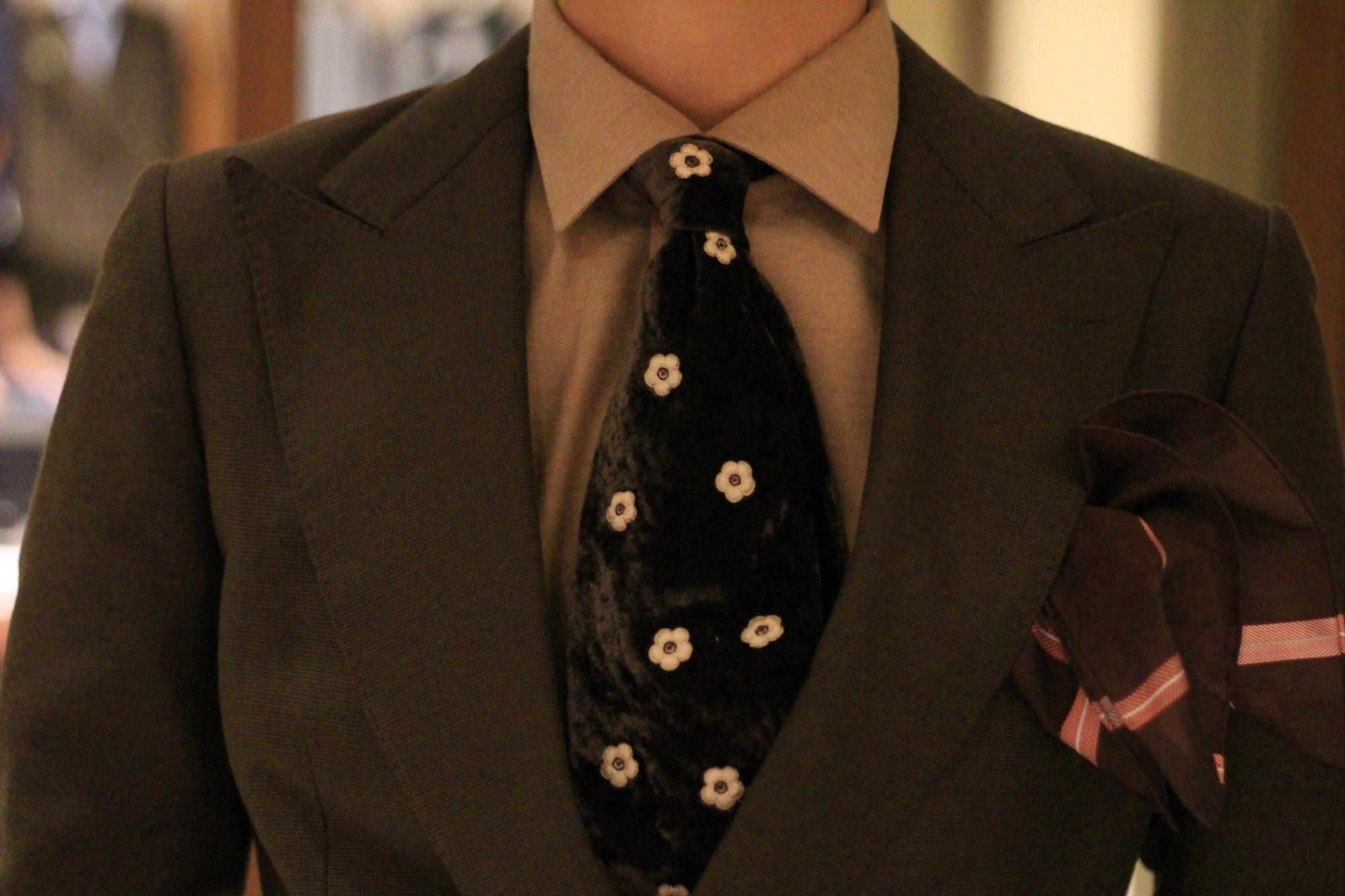 秋冬の新郎のオシャレコーディネート。新郎お色直しタキシードにPITTI(ピッティ)メンズトレンドを加えた結婚式の新郎衣裳