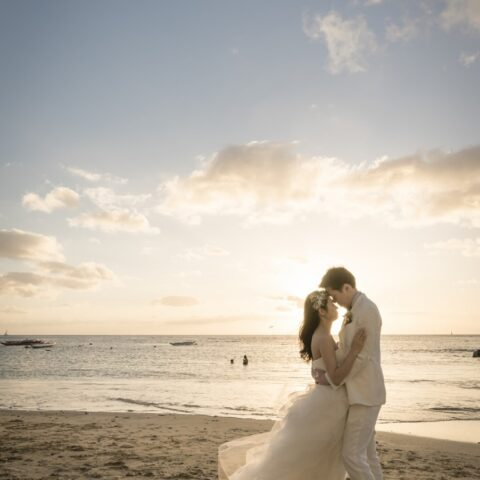 横浜店限定の海外挙式用レンタルドレスフェアではビーチでの撮影も可能なウェディングドレスをご用意しています