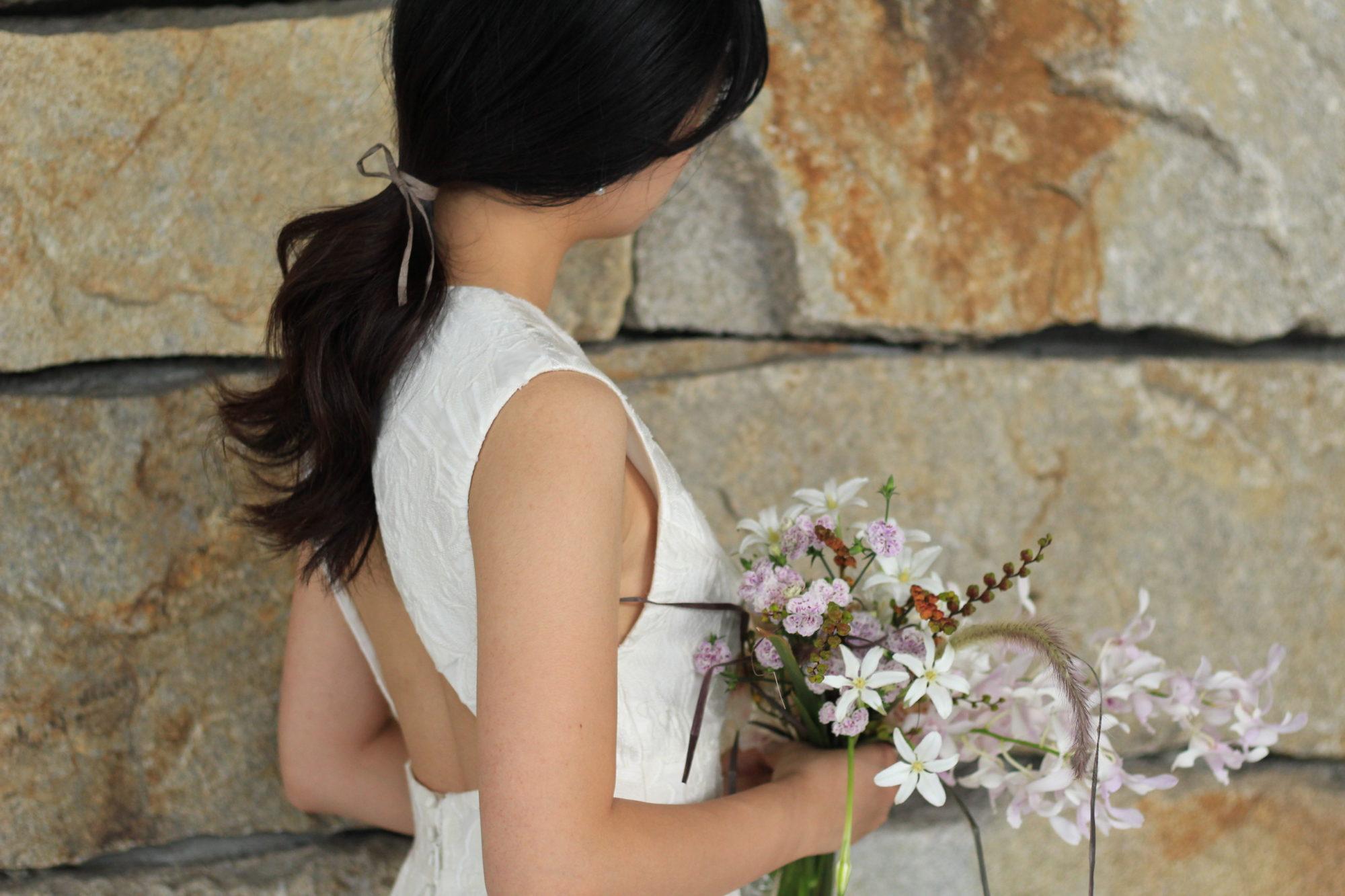 おしゃれな花嫁様におすすめのナチュラルなブーケとヘアスタイルのコーディネート