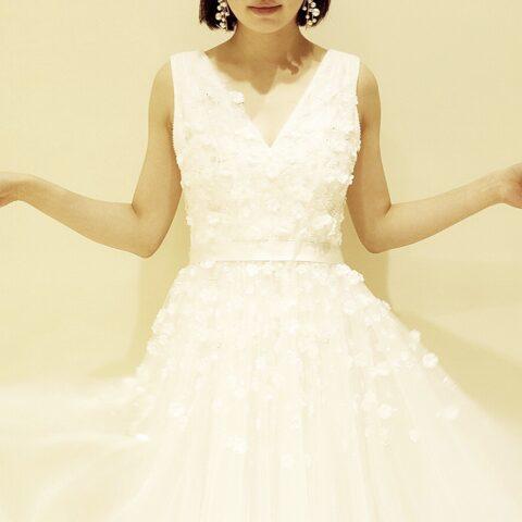 チュール素材のスカートに贅沢に小花のモチーフとビジューを散りばめたジェニーパッカムのウエディングドレス