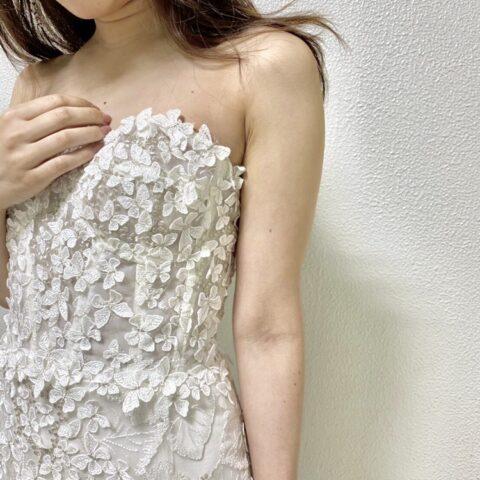 3Dモチーフがおしゃれな、カジュアルウェディングにぴったりのエリザベス・フィルモアのスレンダーラインのウェディングドレス
