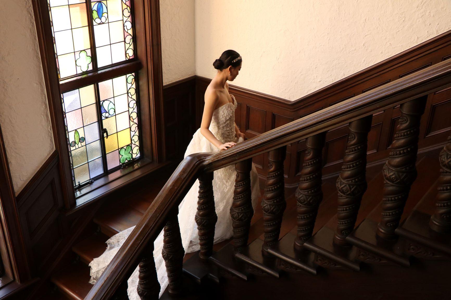 レトロでアンティークな会場と相性の良い上品なスレンダーラインのウエディングドレス