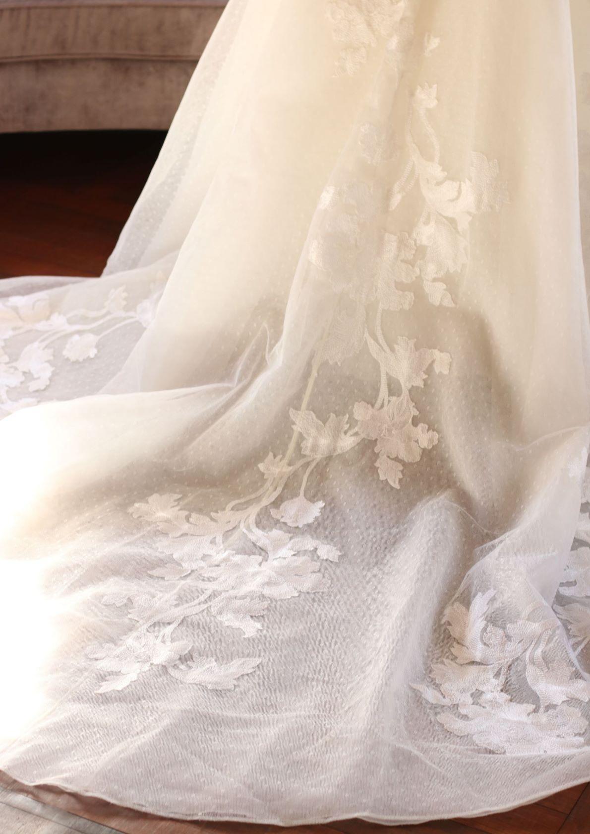 赤坂プリンスクラシックハウスのチャペルに映えるトレーンの長いエリーサーブのトリートドレッシングのドレス