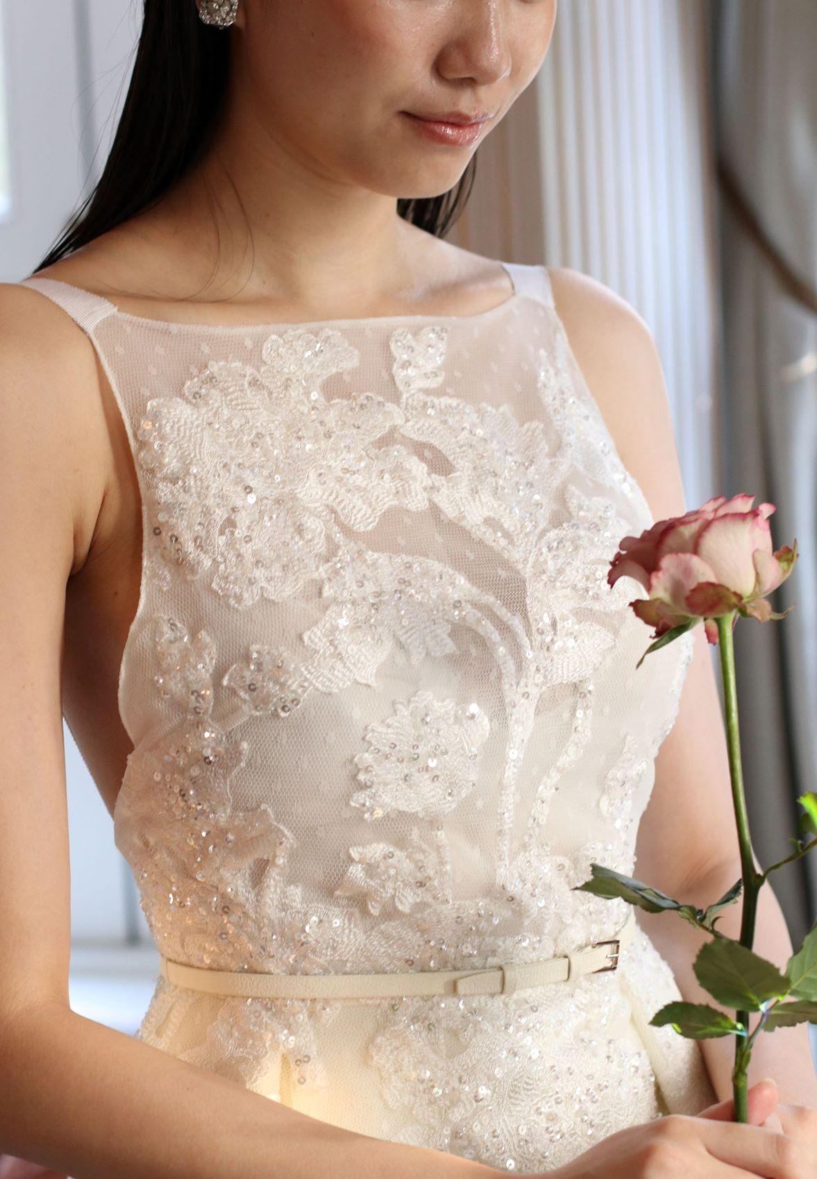 トリートドレッシングのキラキラした華やかなエリーサーブの肩付きドレス