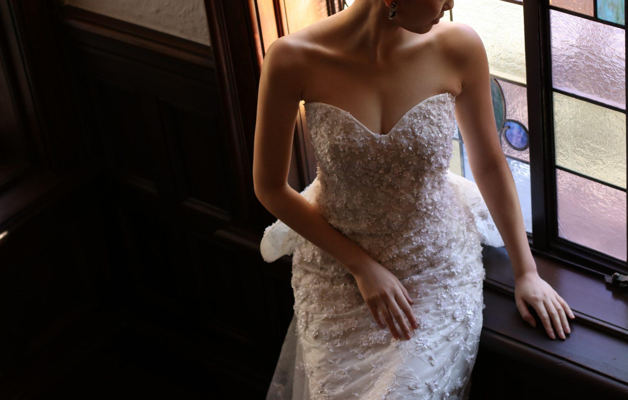 女性らしいハートカットが目をひくオスカーデラレンタの新作ウエディングドレス