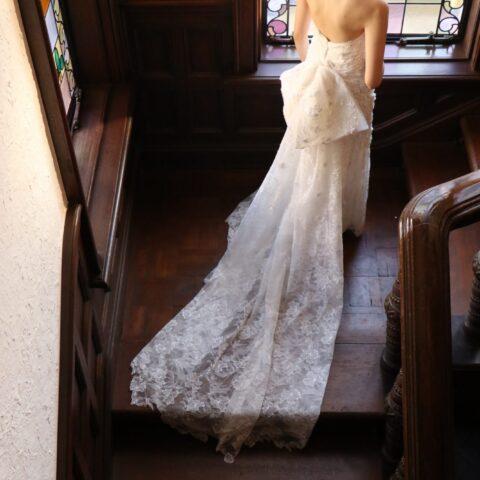 赤坂プリンスクラシックにぴったりなエレガントでバックスタイルが美しいドレス
