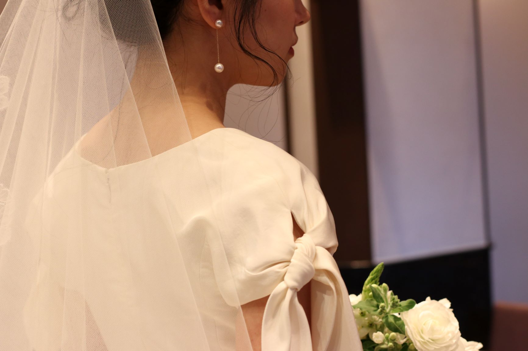 袖付きのシンプルなウエディングドレスをトリートドレッシングよりご紹介