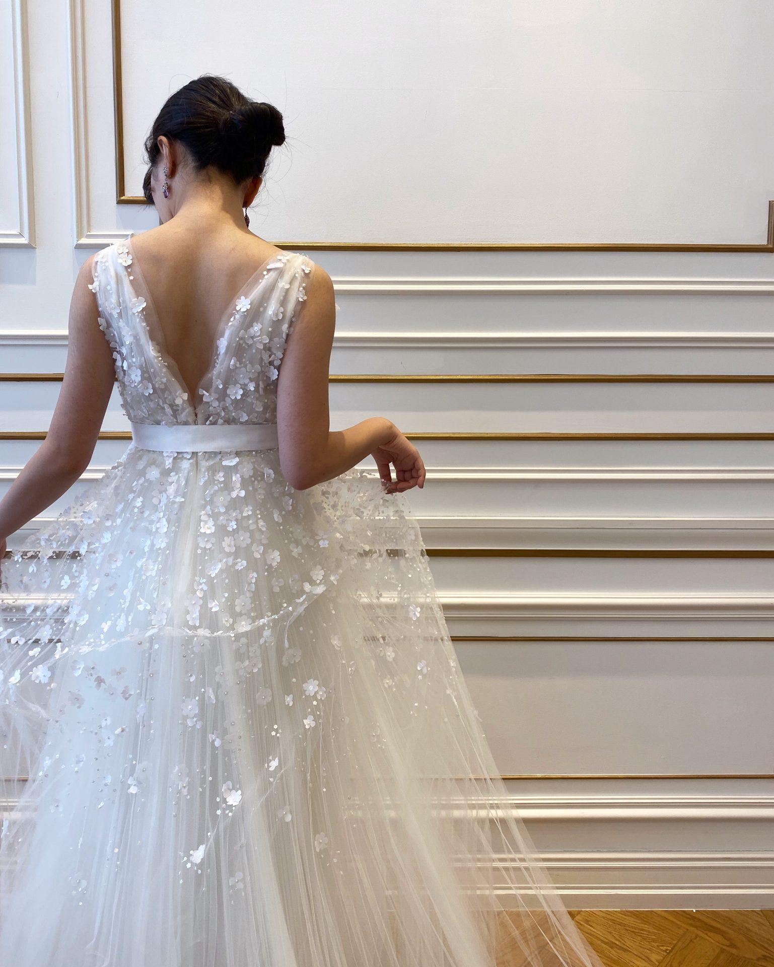 Dフラワーモチーフが可愛いオスカーデラレンタの新作のAラインのウェディングドレス