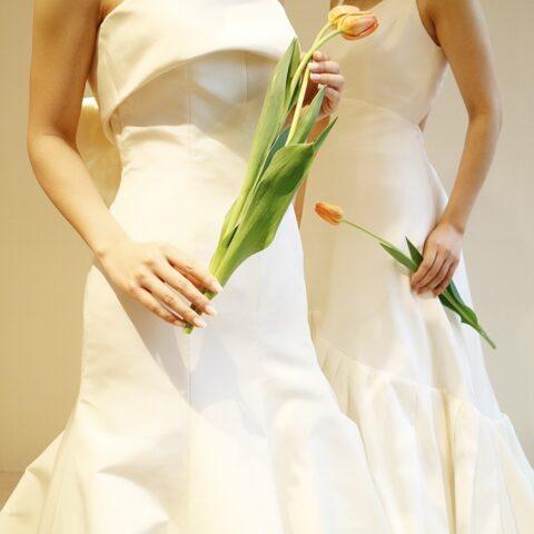 シンプルさとモダンさを感じさせるアムサーラのウエディングドレス