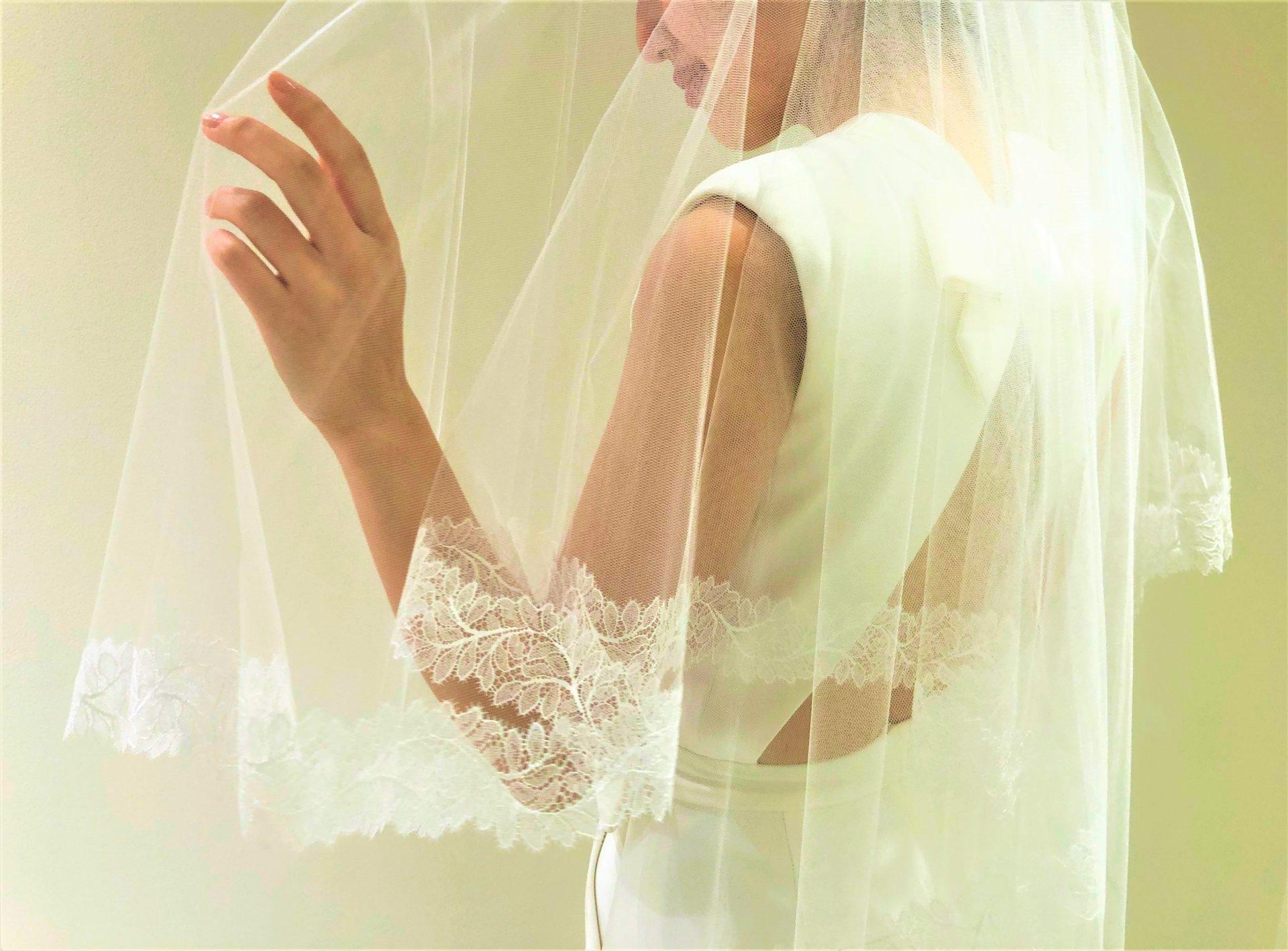 今期トレンドの背中が大きく空いたバックコンシャスなウエディングドレスは、東京花嫁に注目のブライズスタイルです