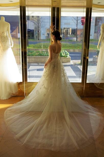 バックスタイルが美しい幻想的なウエディングドレス