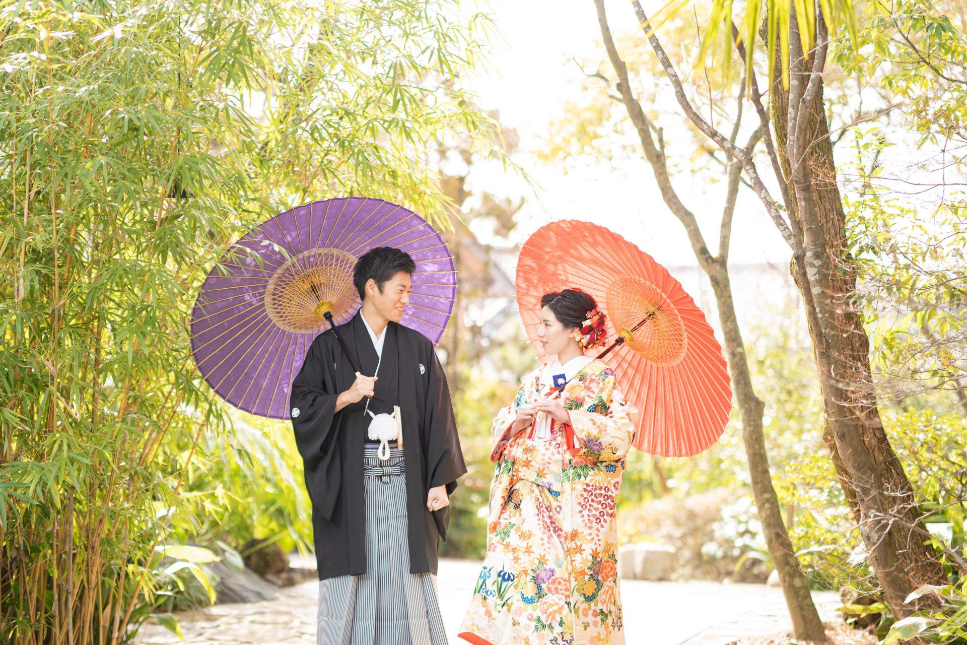 トリート京都店で選ばれた白地に華やかな刺繍がたっぷり入った色打掛と黒羽二重の紋付袴をの和モダンなスタイルを身に纏った前撮り撮影