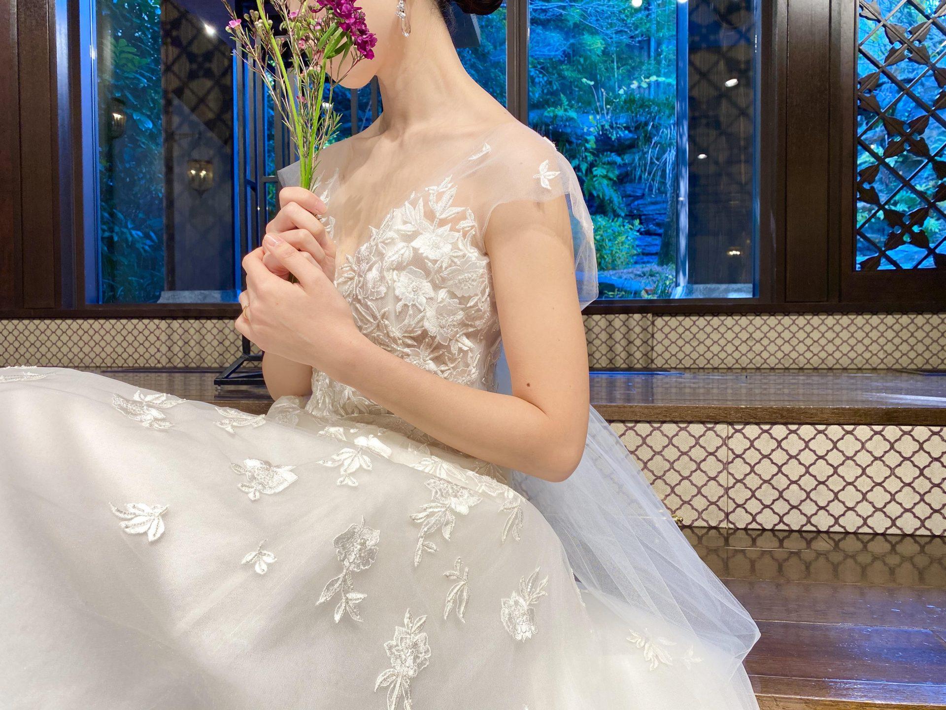 柔らかいチュール素材に繊細な刺繍を施した、キャロリーナヘレラのウエディングドレス