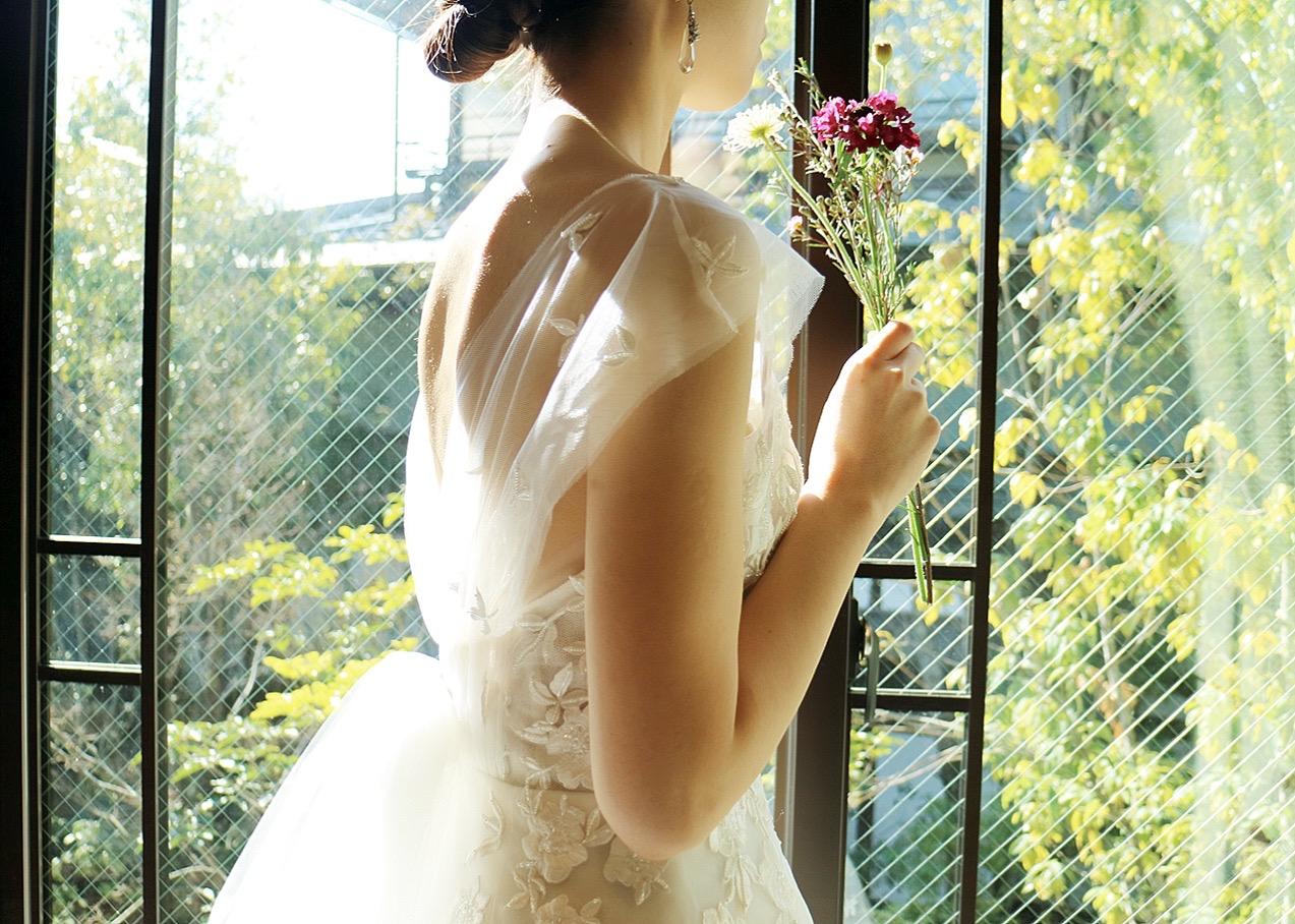 ザ・トリート・ドレッシングで取り扱うキャロリーナへレラの柔らかいチュールの透け感が美しく映える、THE SODOH HIGASHIYAMA KYOTOの自然光が差し込む披露宴会場