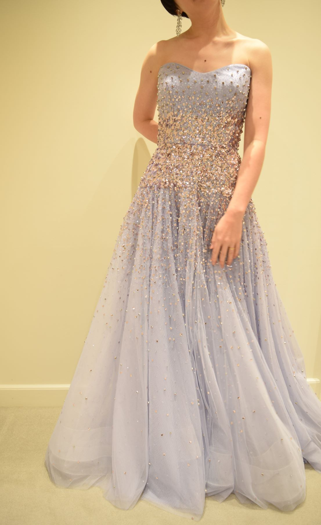 お洒落な花嫁様に提案したいドレスは、スパンコールやビジューが施されキラキラと煌めく、ナイトウエディングにもぴったりな優美な印象です