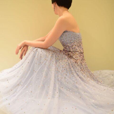 遠くからみても会場に映えるビジューが美しいジェニーパッカムの新作カラードレス