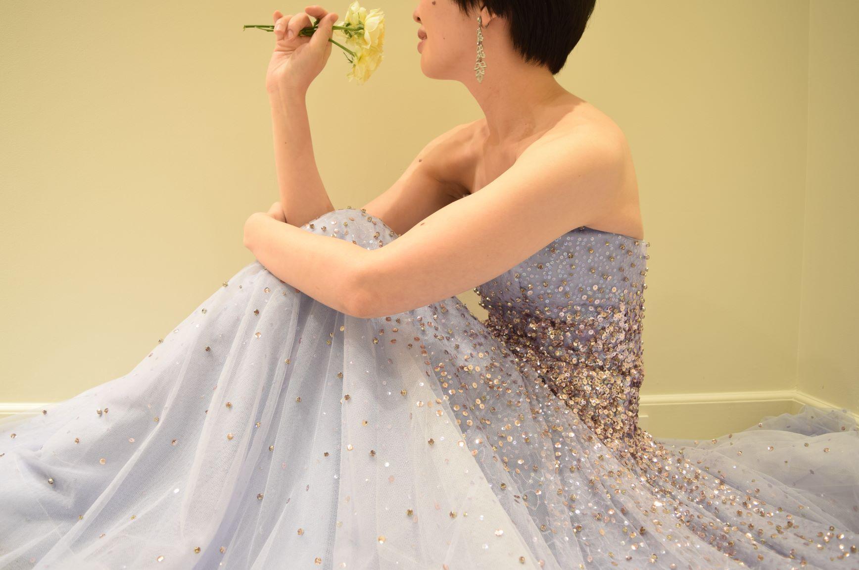 春の暖かい日差しの下でお召しいただきたい、パステルカラーの新作カラードレスは大人花嫁に人気のパープルのAラインドレスです