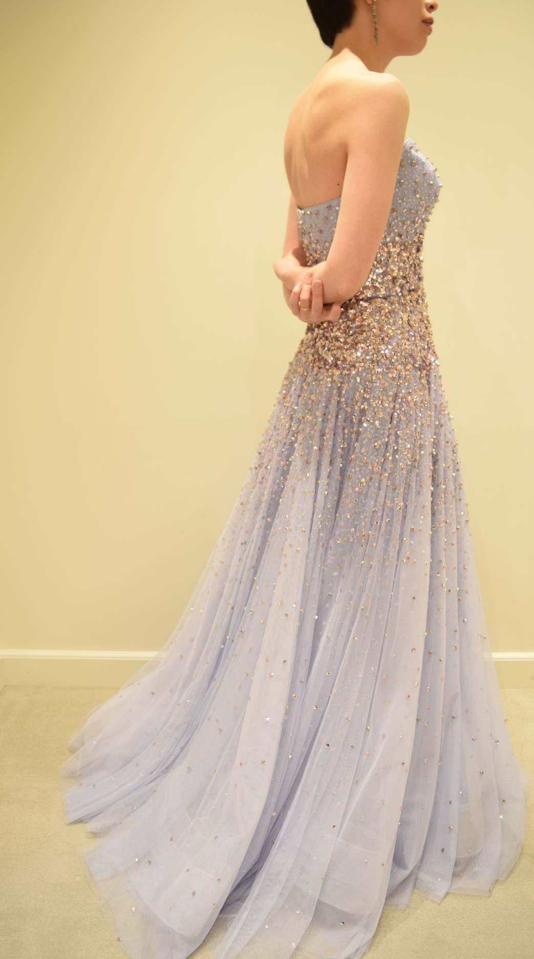 トリートドレッシングが前撮りにも提案するイギリスのブランドジェニーパッカムは、柔らかいファブリックにビーディングが施された洗練されたドレスです