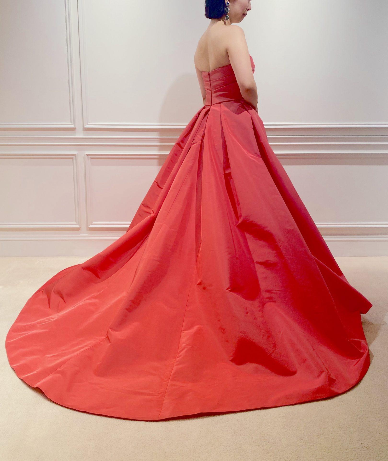 フォーチュンガーデン京都でお式を挙げられるお客様に提案したいポピーレッドのトレーンが長い360度華やかなカラードレス