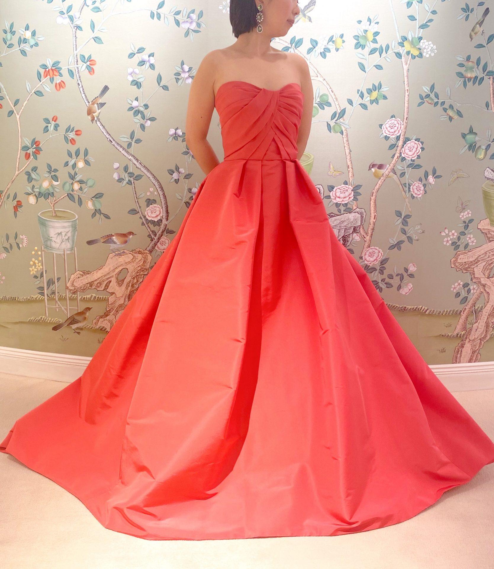 心が弾むようなポピーレッド色のカラードレス