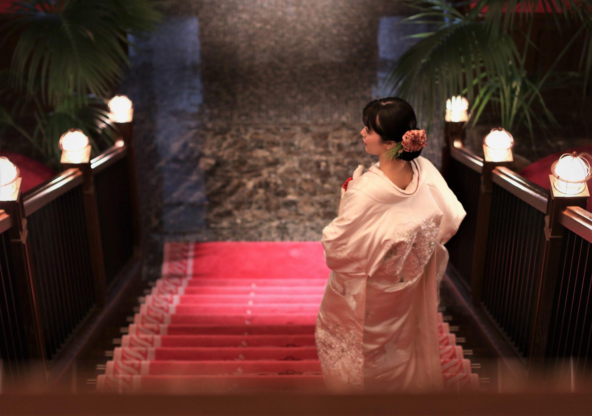 ザコンダーハウスの大階段に白無垢のコーディネート