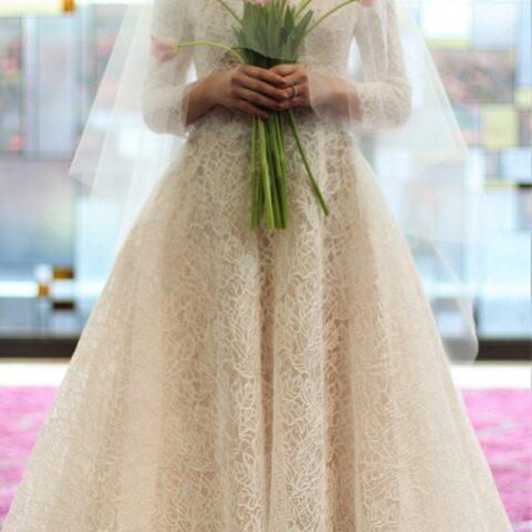 ザコンダーハウスのステンドグラスのチャペルに映えるウェディングドレス