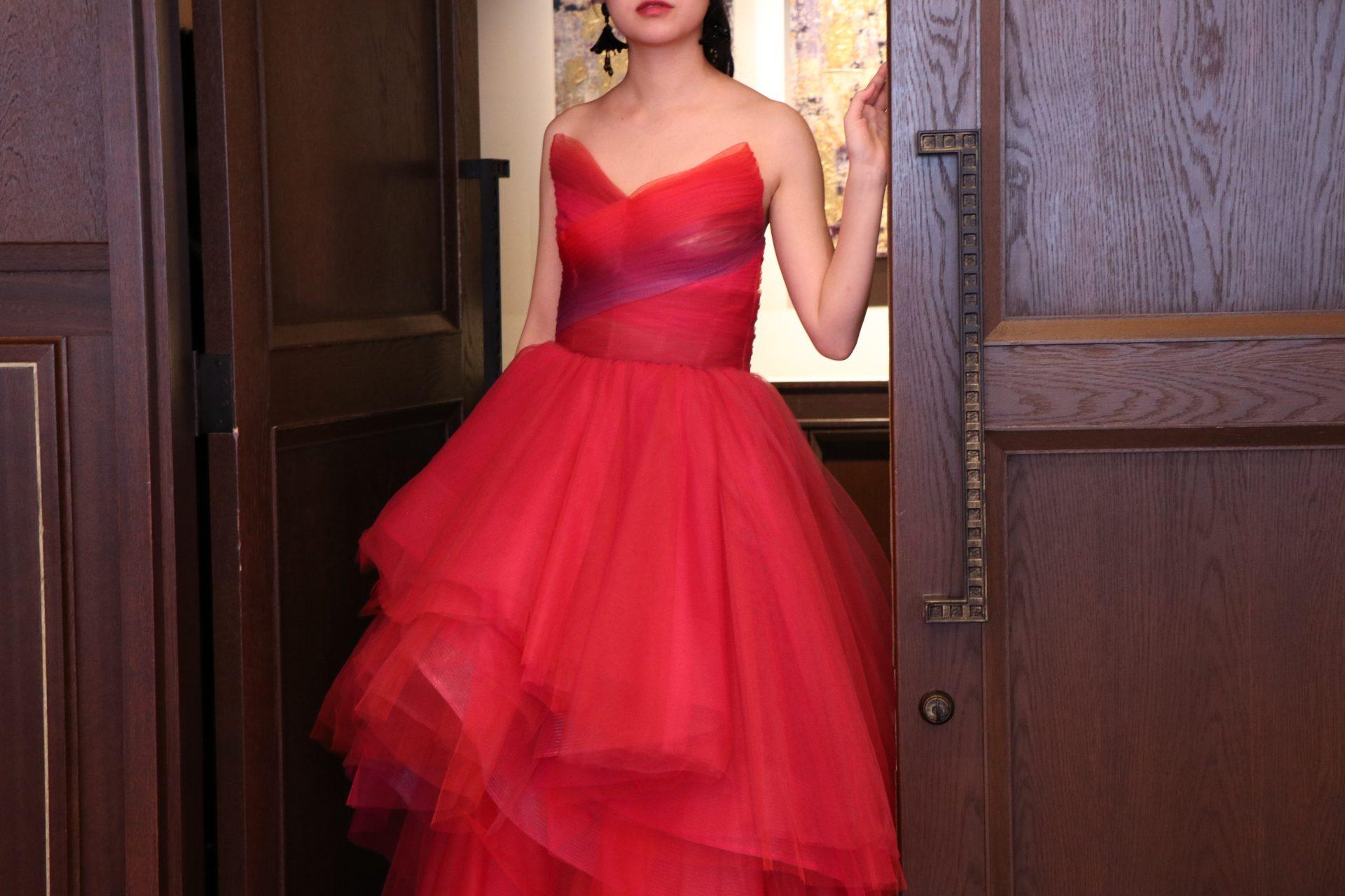 ザコンダーハウスにて赤のチュールのカラードレスコーディネートの紹介