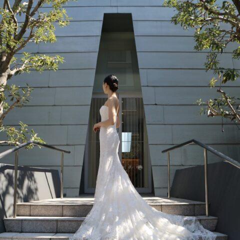 京都ブライトンホテルのモダンな独立型チャペルでトリートドレッシング京都店でお取り扱いをしているモニークルイリエのマーメイドラインのドレスをお召しになられる挙式