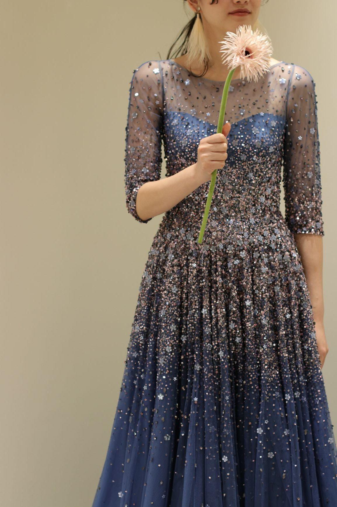 春や夏の結婚式におすすめしたい、ネイビーカラーのドレスはお洒落さを求める花嫁様におすすめしたいロングスリーブドレスです