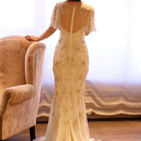 カジュアルなスレンダーラインのドレスはゲストと距離の近いアットホームなお式にぴったりです