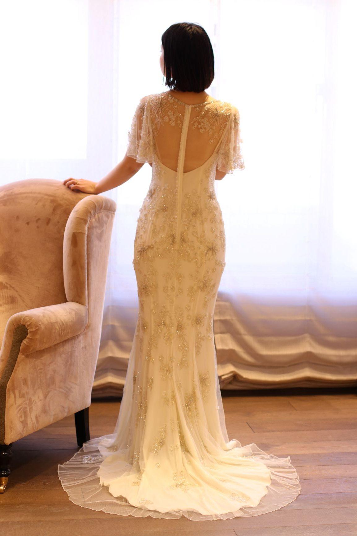 カジュアルなスレンダーラインのドレスは、ゲストと距離の近いリゾートウェディングやレストランウェディングなどアットホームなお式にぴったりですカジュアルなスレンダーラインのドレスはゲストと距離の近いアットホームなお式にぴったりです