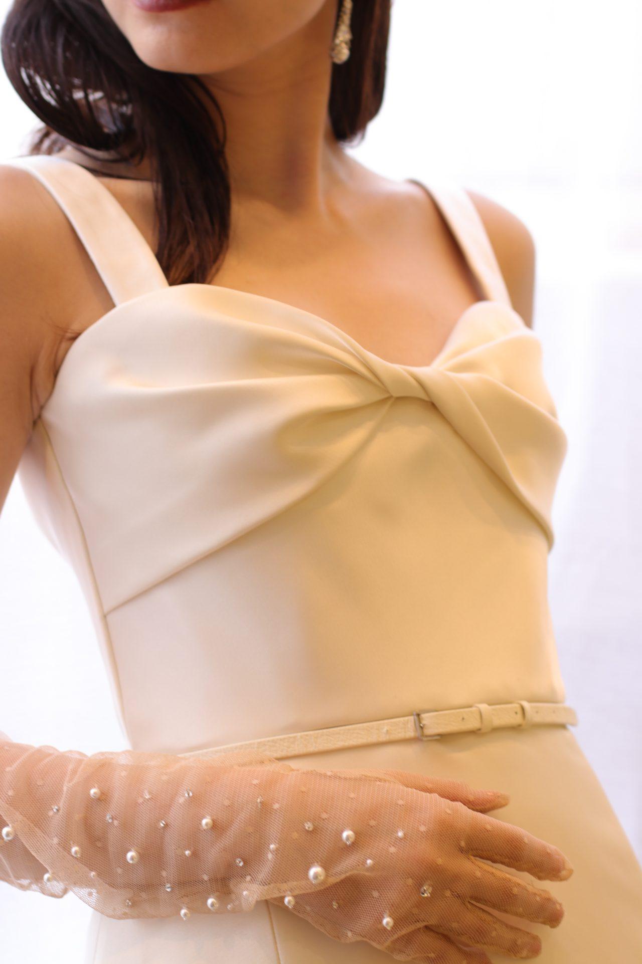トレンドのビックリボンモチーフを胸元にデザインしたウェディングドレスは、ニューヨークのハイブランド、エリー・サーブのAラインのドレスです