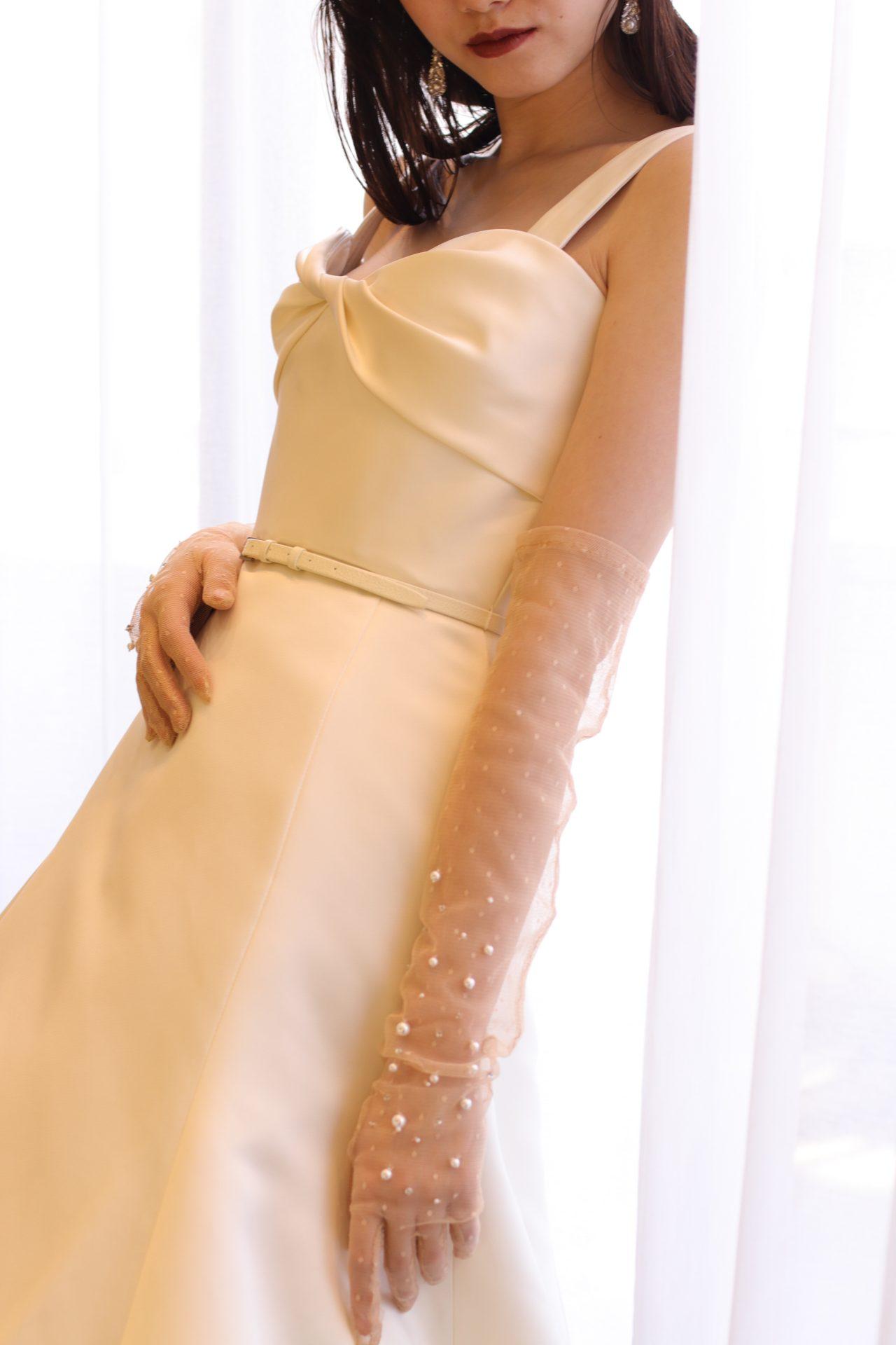 インポートブランドを取り扱うドレスショップ ザ・トリート・ドレッシングの上質でスタイリッシュなウェディングドレスに、夏の結婚式にもオススメな透け感のあるロンググローブを合わせたコーディネート