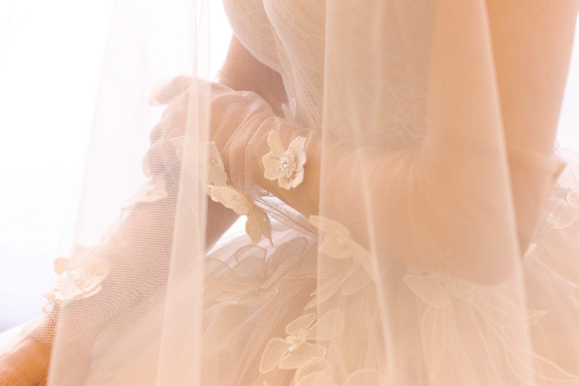 ザ・トリート・ドレッシングで提案したい、おしゃれな花嫁様の個性を引き立たせるレースのロンググローブは無地ベールの透明感にぴったりです。
