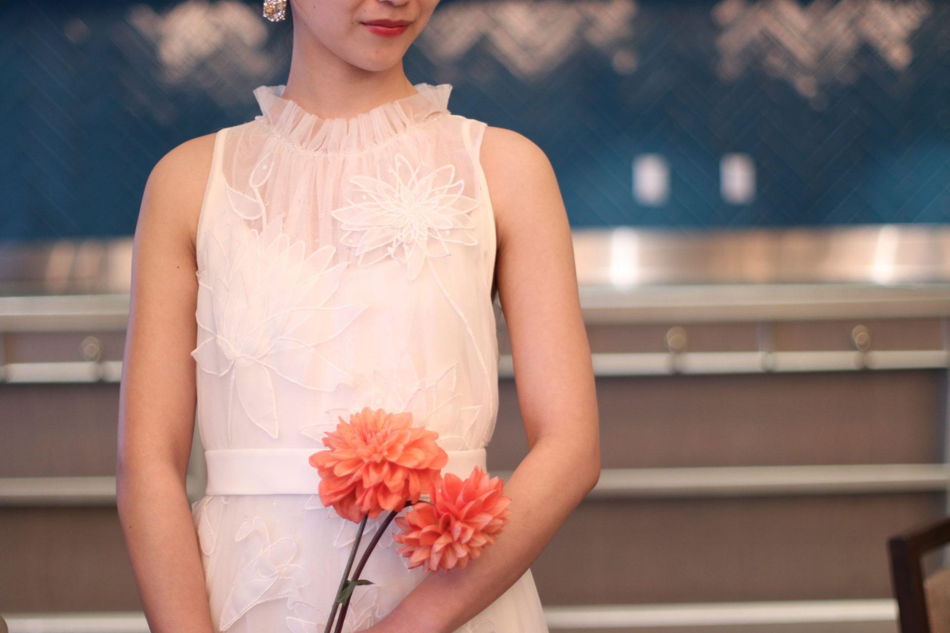ゲストとの距離の近いパーティーにおすすめのヴィクターアンドロルフマリアージュのスレンダーラインのウエディングドレス