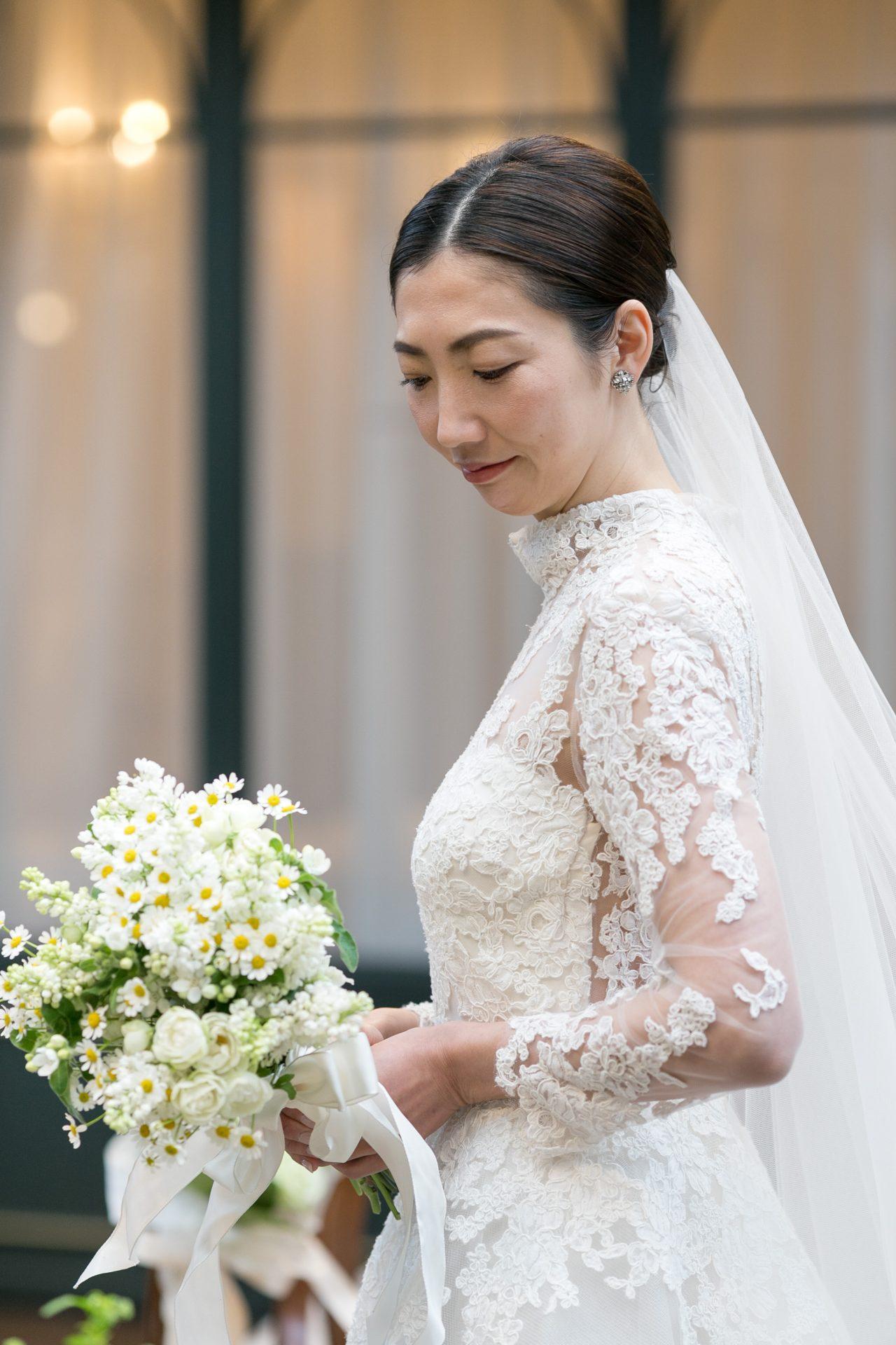 ニューヨークの人気ブランドであるリームアクラの長袖のウェディングドレスはクラシカルとモードをかけ合わせた雰囲気のある凛とした花嫁様にお似合いです