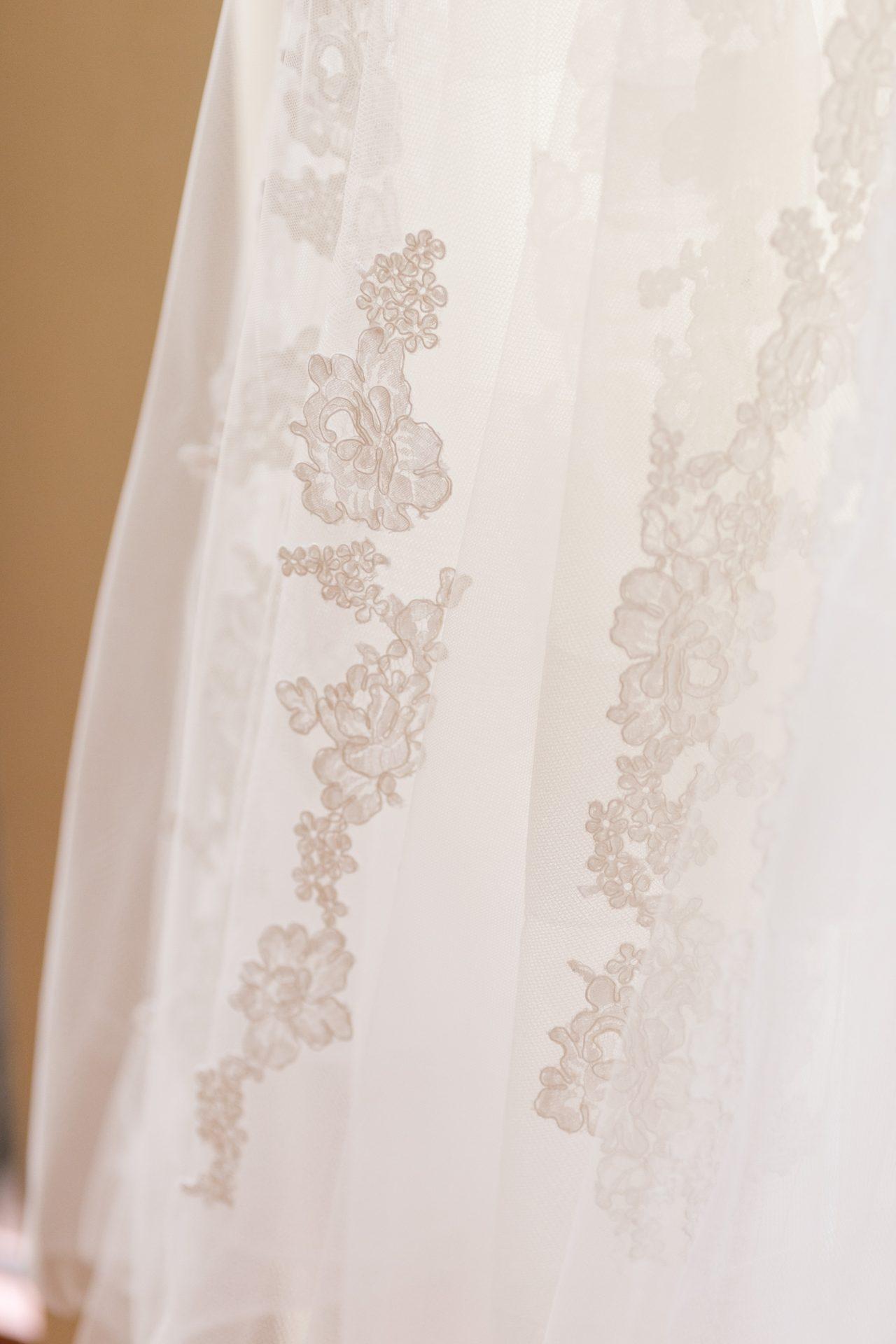 インポートドレスならではの繊細なチュール生地に自然光を通す事で透明感が増し、美しいレースが浮かび上がるような印象に