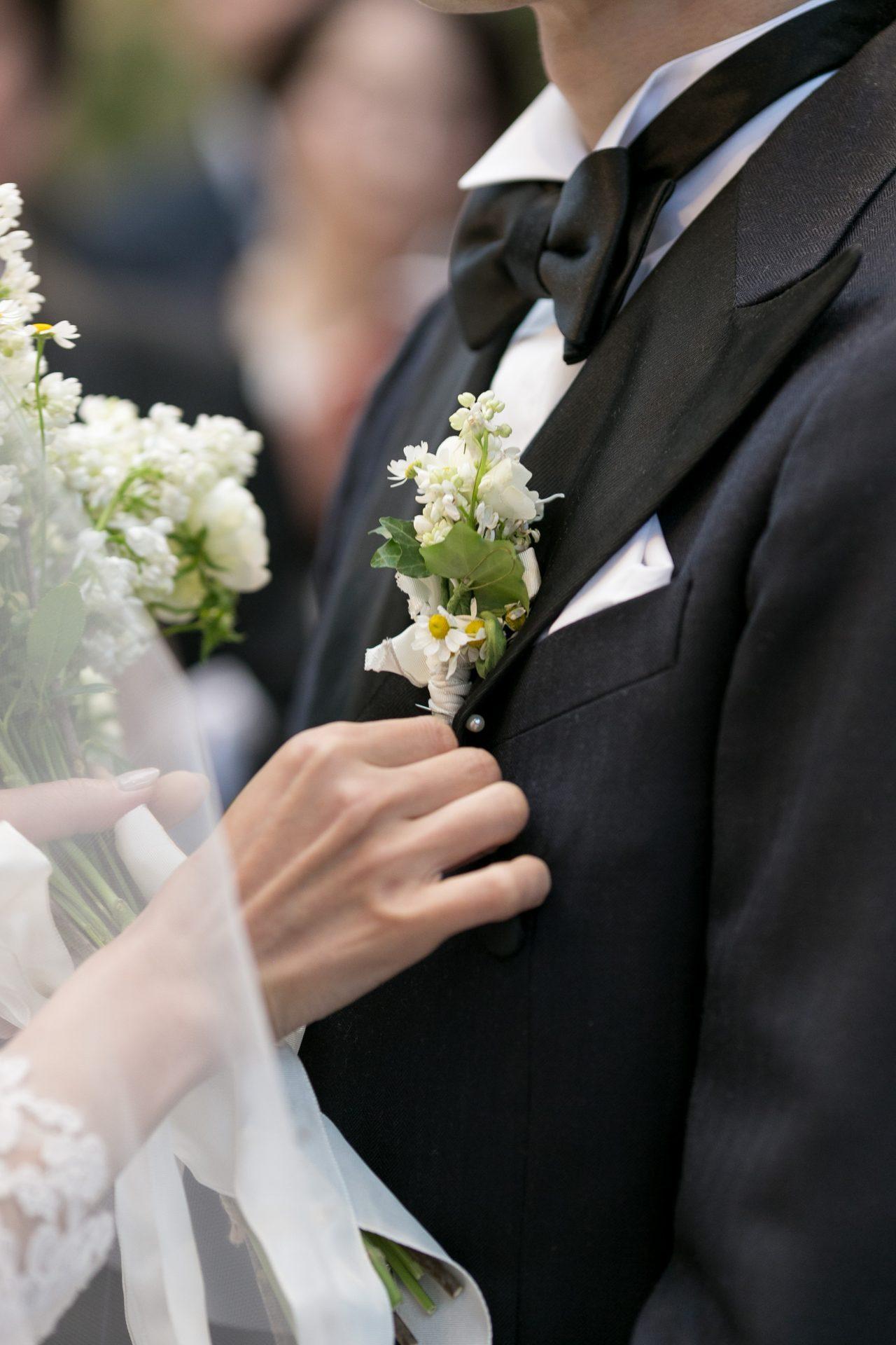 ご新郎様がザ・トリート・ドレッシングでお選びになられたネイビーのタキシードに、白のブートニアを胸元に合わせ、上品なコーディネートに仕上げました