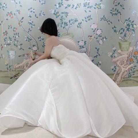 フォーチュンガーデン京都でお式を挙げられる花嫁様におススメしたいアントニオリーヴァのスカートがお花のようなシンプルかつ大胆なデザインのウェディングドレス