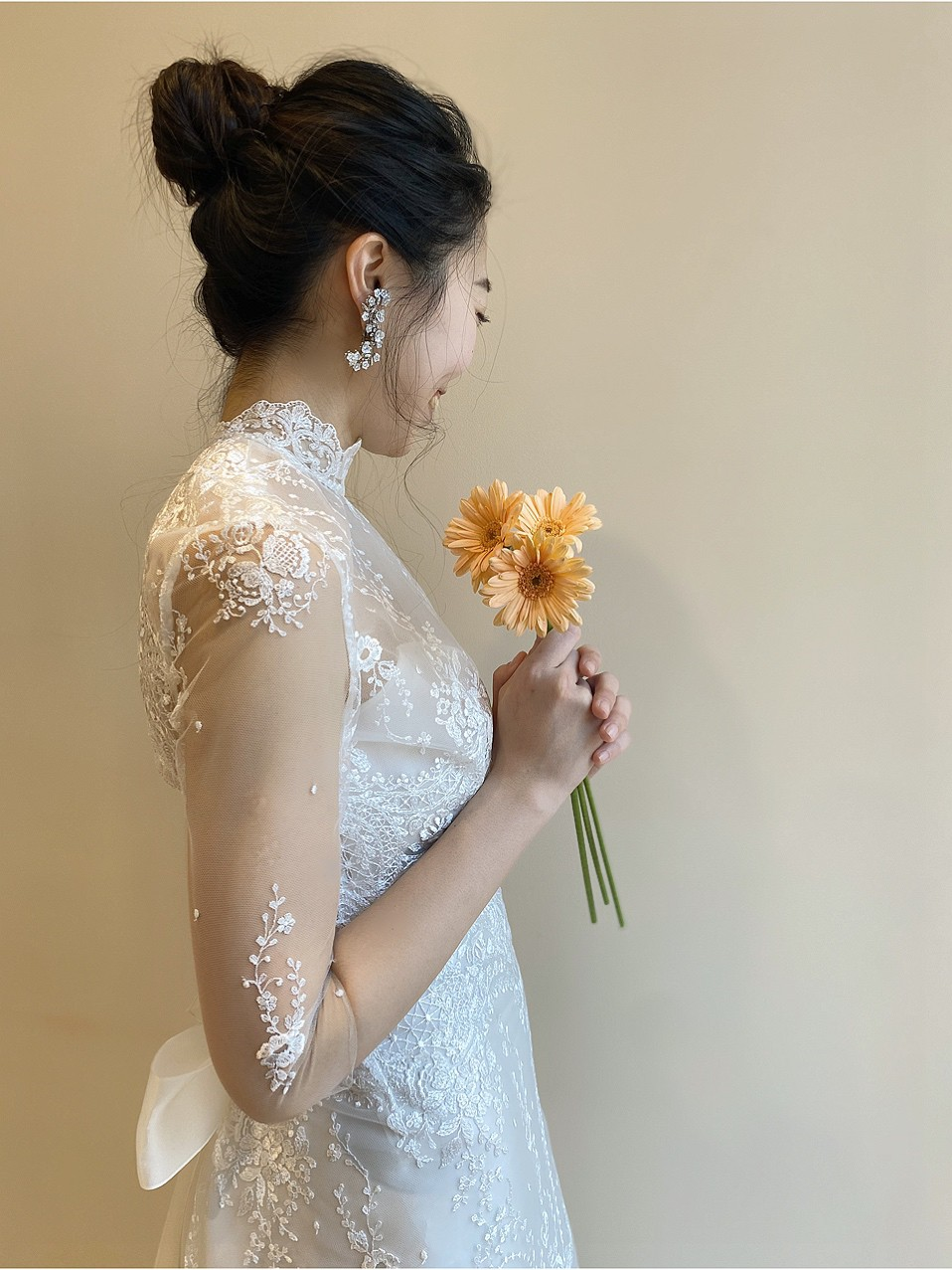透け感のあるロングスリーブにハイネックのデザインが上品でクラシカルなエリザベスフィルモアのインポートのウェディングドレス
