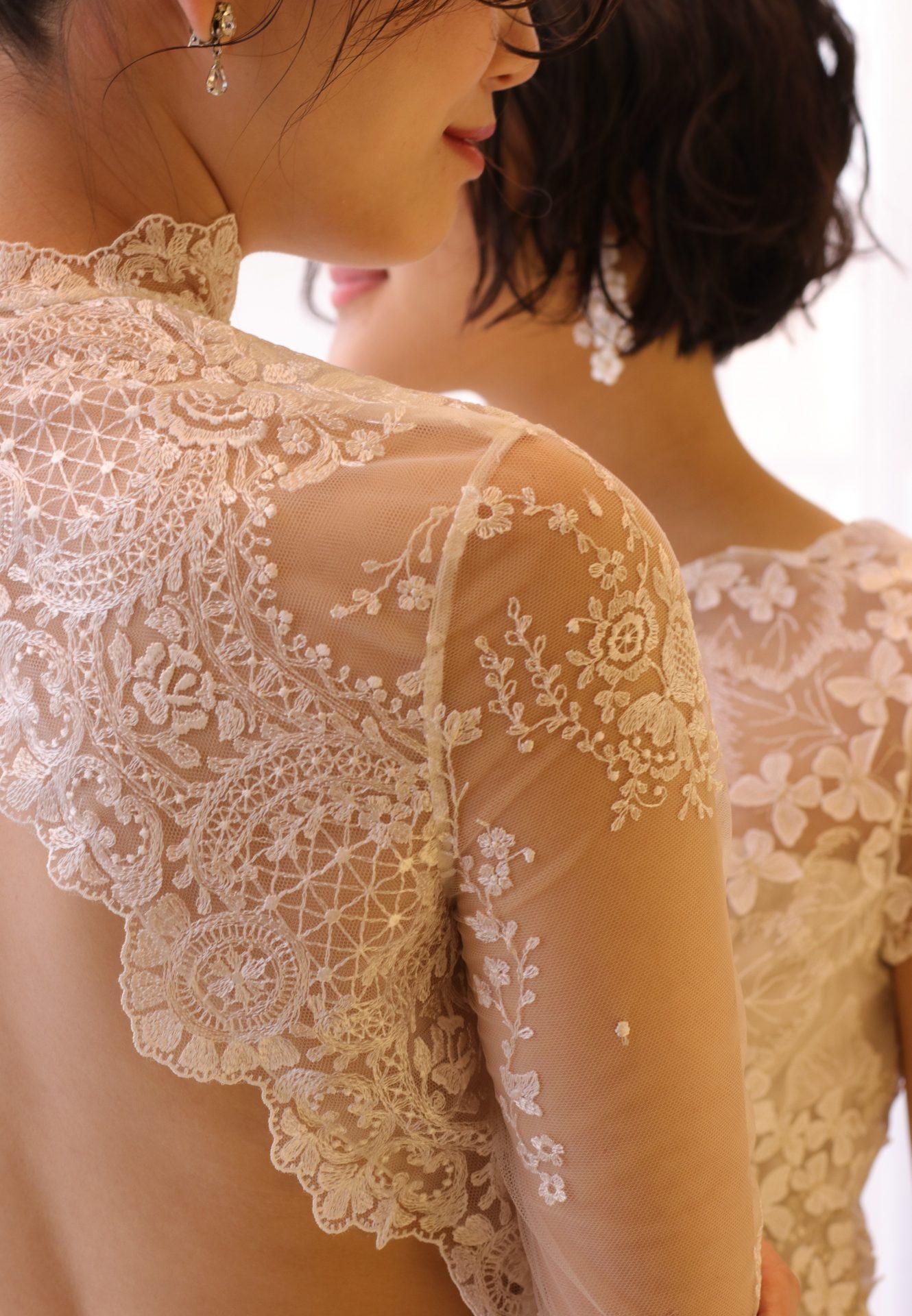 お肌に浮かび上がるような繊細で美しいレースで、モダン・ロマンティックをコンセプトにしたエリザベス・フィルモアらしい 女性心をくすぐるウェディングドレス姿になります