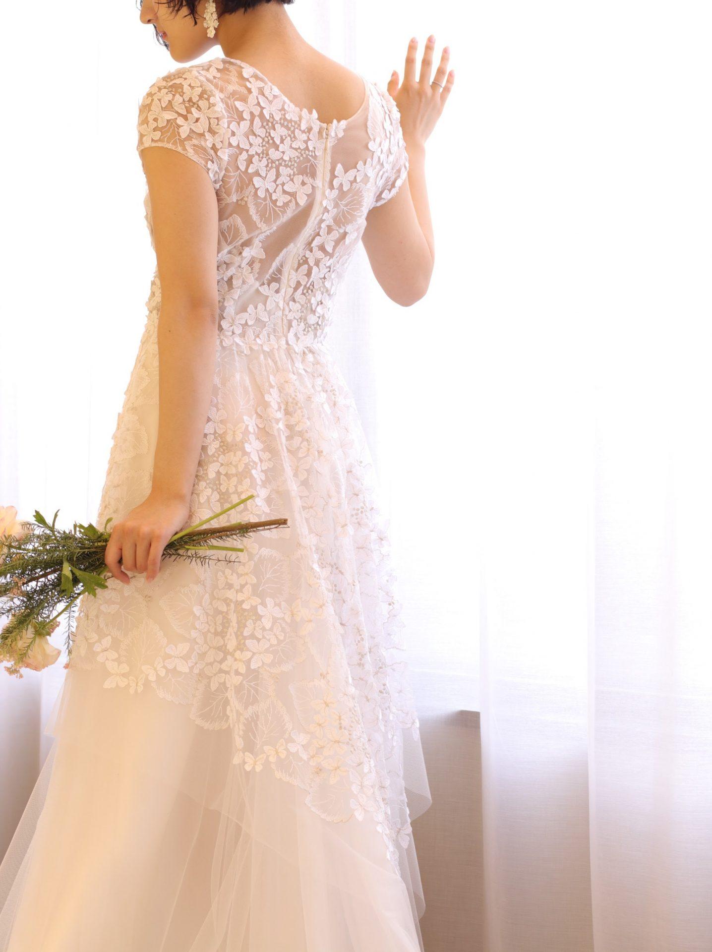 エリザベス・フィルモアの蝶々のレースを施したウェディングドレスは、ザ・トリート・ドレッシングの提携会場赤坂プリンスクラシックハウスにもピッタリな1着です